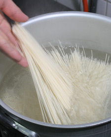 そうめん茹で方・鍋に素麺を入れる